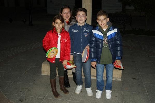 Algunos niños de Lopera pidiendo ayer el aguinaldo por las calles de la población.