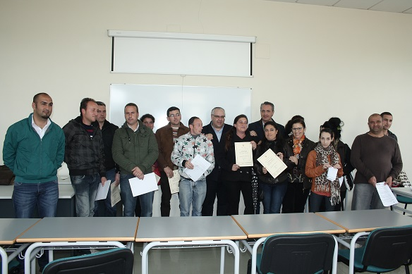 El alcalde de Andújar junto a los alumnos en los talleres impartidos por el Ayuntamiento de Andújar.