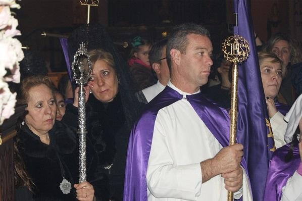 Una hermana de la Cofradía de la Virgen de la Soledad se seca las lágrimas al supenderse la procesión en Lopera.