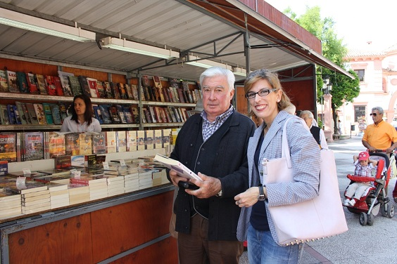 La concejala de Cultura, Delia Gómez, ha recorrido la feria con su responsable Ramón Urbano.