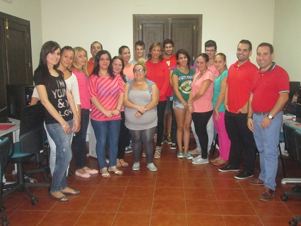 Encarna Camacho con los alumnos en la clausura del curso.