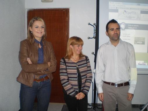 Antonia Olivares, en el centro, flanqueada por Dolores Marín y Francisco Bellido, responsable de la empresa encargada de esta acción formativa.