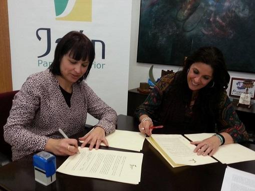 Isabel Uceda y Ángeles Férriz, firmando este acuerdo.