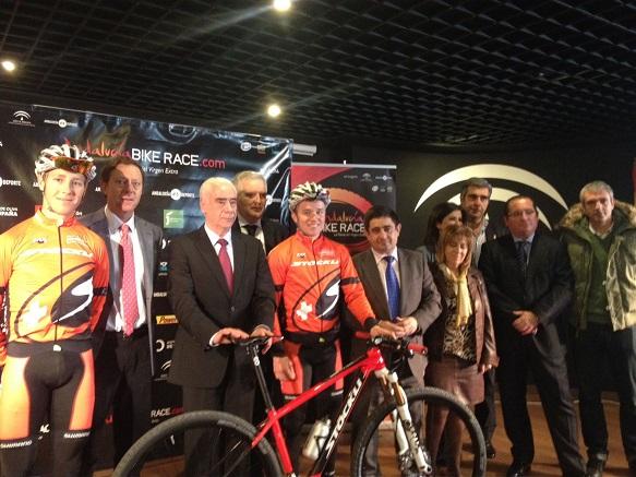 Luciano Alonso y Francisco Reyes flanquean a uno los participantes en la IV 'Andalucia Bike Race'.