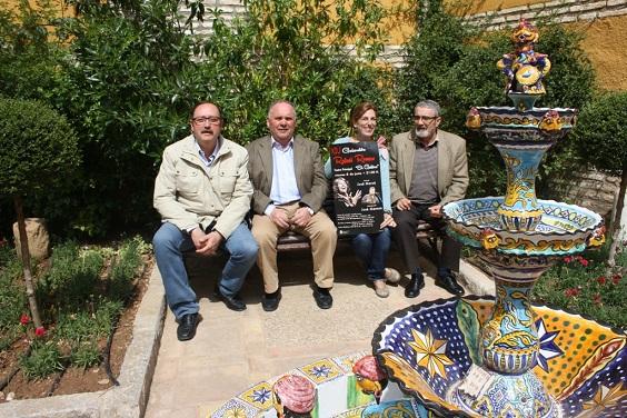 La concejala de Cultura, Delia Gómez, el presidente de la Peña Flamenca Los Romeros, Miguel Cano, y el vocal del colectivo, José Andrés Anguita.
