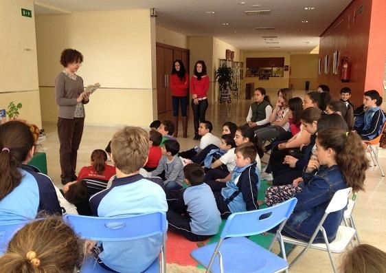 La escritora Pilar Mateos se dirige a los niños de Andújar.
