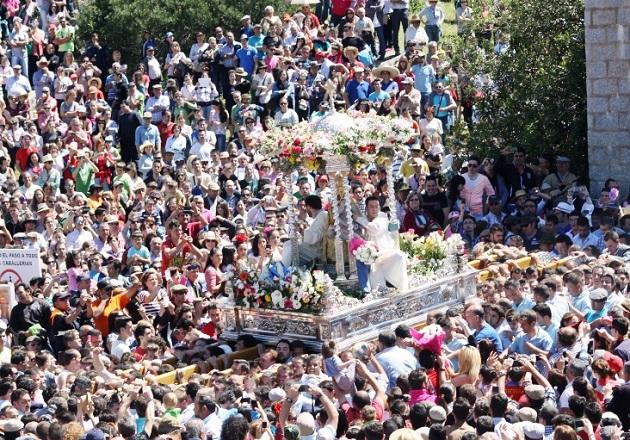 Cientos de miles de romeros han acompañado hoy a la Morenita en su desfile procesional.