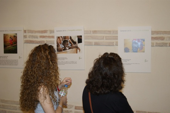 El público de Lopera visita la exposición de fotografía solidaria.