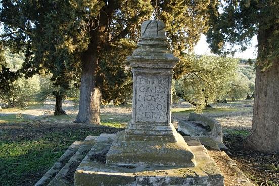 Pedestal de la Cruz de Mendoza, del siglo XVI.