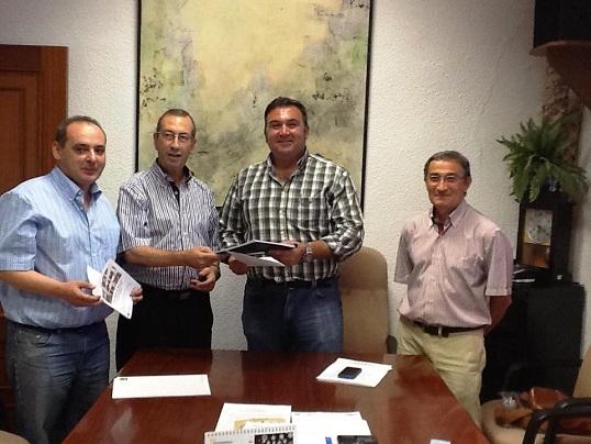 El delegado, Juan Antonio Sáez, y el alcalde de Arjonilla, Miguel Ángel Carmona, en el ayuntamiento arjonillero.