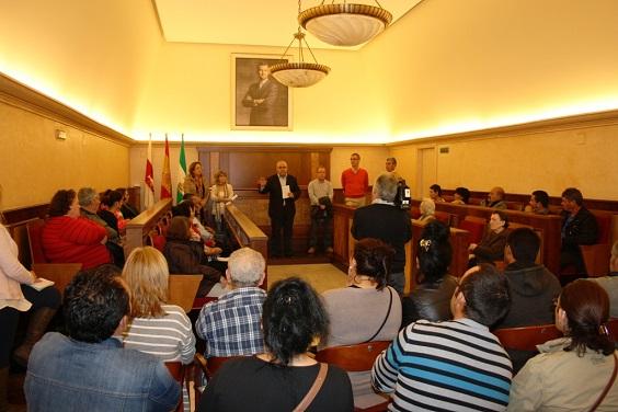 Acto informativo para las 43 familias en el Salón de Plenos del Ayuntamiento de Andújar.