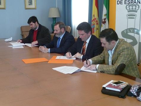 El alcalde de Marmolejo, Bartolomé Soriano, firma el convenio con la DGT.