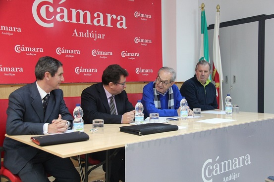 El presidente de la cámara andujareña, Eduardo Criado, junto  el director de Área de Negocio Jaén de La Caixa, David González y el director de Banca de Instituciones Jaén, Rafael de Porras.