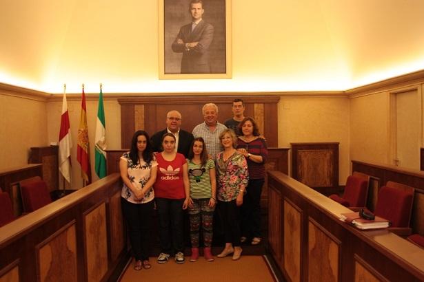 El alcalde de Andújar, Jesús Estrella, junto a los cuatro jóvenes con discapacidad intelectual.