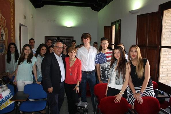 Jesús Estrella, Delia Gómez y Francisco Toribio, junto a los alumnos de bachillerato.