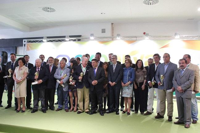 Foto de familia de los premiados junto a las autoridades.