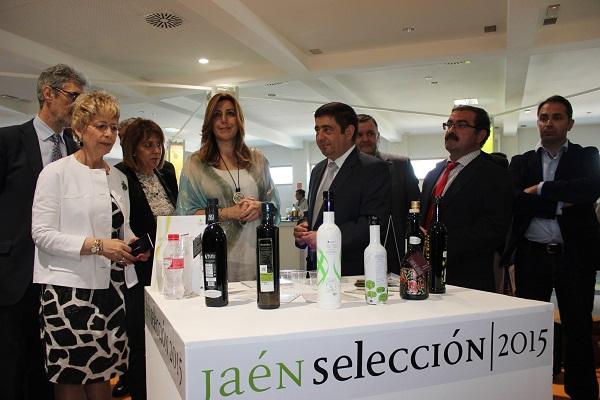 La presidenta en funciones de la Junta de Andalucía ha visitado el V Salón Internacional de los Aceites en el recorrido inaugural por Expoliva 2015.