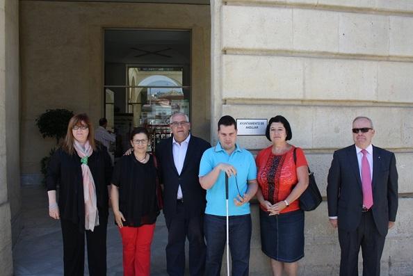 El Ayuntamiento de Andújar ha ampliado la señalización del callejero en Braille.