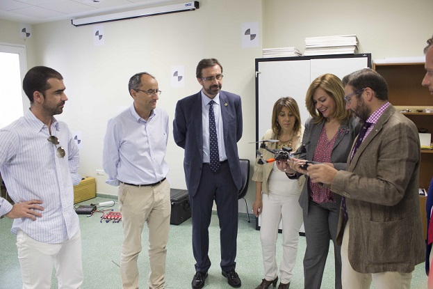 La consejera de Fomento y Vivienda, María Jesús Serrano, acompañada del rector de la UJA, Juan Gómez Ortega, en la Universidad de Jaén.