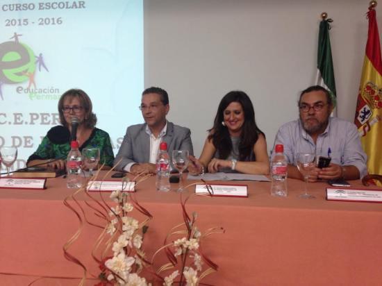 Yolanda Caballero estuvo acompañada por el alcalde de Andújar, Francisco Huertas, y la directora del centro, Lourdes Velázquez.