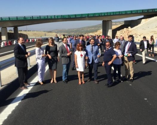 Autoridades asistentes a la inauguración de este tramo de la Autovía del Olivar.