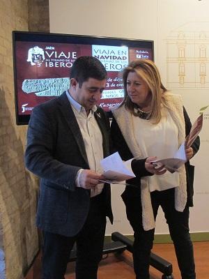 """Francisco Reyes y Pilar Salazar ojean la programación de """"Viaja en Navidad al Tiempo de los Íberos""""."""