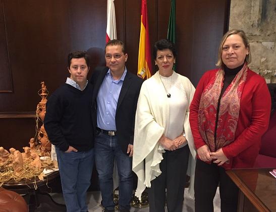 El acalde de Andújar, Paco Huertas, acompañado de la Concejala de Igualdad y Bienestar Social, Pepa Jurado, y de  María Dolores Gómez Jiménez,