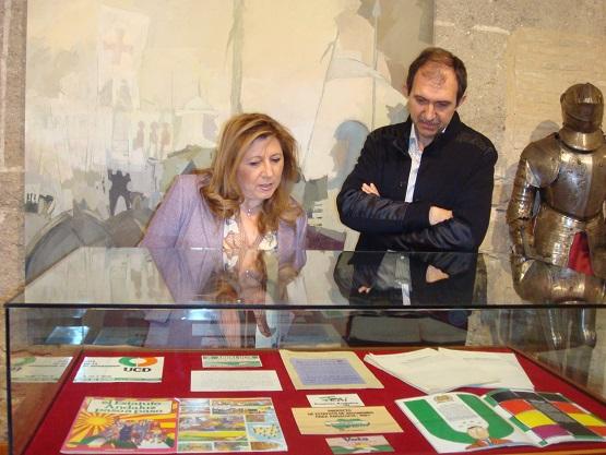 La delegada territorial de Cultura, Turismo y Deporte, Pilar Salazar, acompañada por el director del Archivo, Juan del Arco.