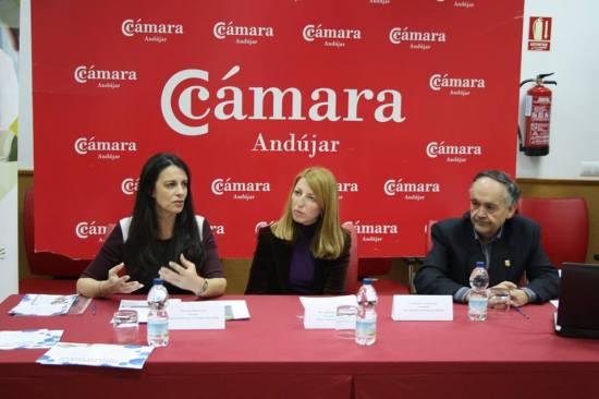 La Concejala de Educación de Ayuntamiento de Andújar, Alma Cámara, junto a Ana Peña y Francisco Toribio.
