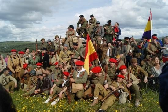 Foto de familia de los participantes en la primera Recreación Histórica de la Batalla de Lopera.