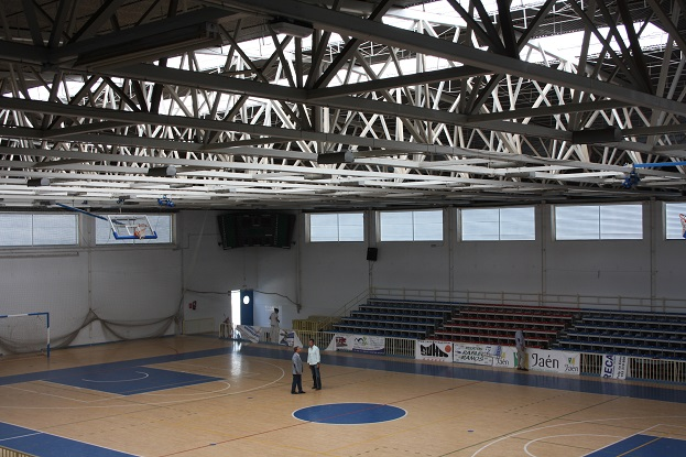 El alcalde de Andújar; Paco Huertas, y el concejal de Deportes, Francisco Plaza, han visitado hoy el Pabellón del Polideportivo Municipal.