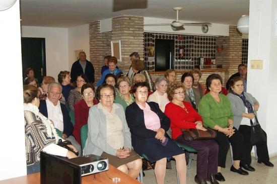 Un grupo de mujeres asiste a una charla informativa en la Comarca de Andújar.