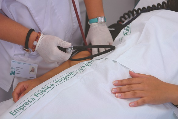Un médico atiende a un paciente en urgencias en el Hospital de Andújar.