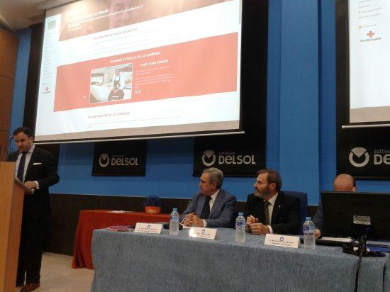 """Juan Lillo, en el centro, durante la jornada presencial de la campaña """"Sin denominación de origen""""."""