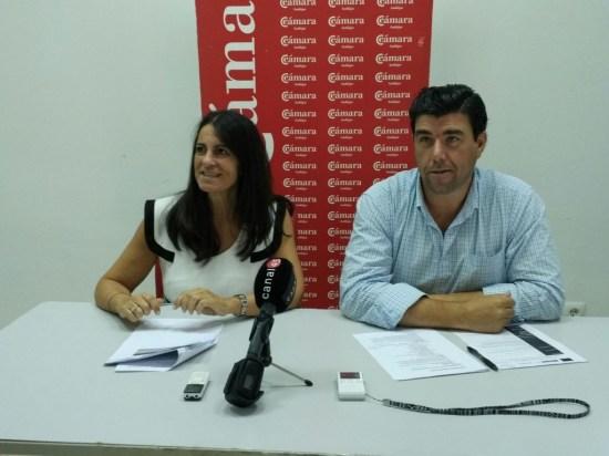 Ana Peña y Ángel Luis Calzado presentan el programa de apoyo al comercio.