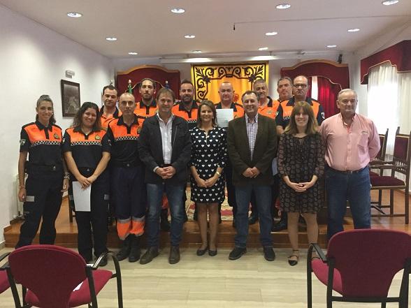 La delegada del Gobierno, Ana Cobo, y el alcalde villanovero, Blas Alves, junto a miembros de Protección Civil.