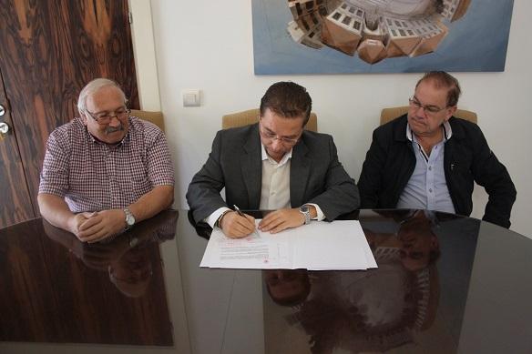 El alcalde de Andújar, Paco Huertas, junto a Rafael Trigueros y Alfonso Soto, en la firma del convenio.