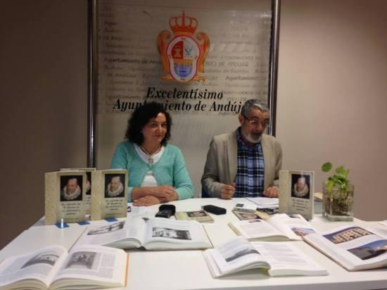 La concejal de Cultura, María José Bueno, y José Andrés Anguita presentan este libro. Foto: Ayto. Andújar.