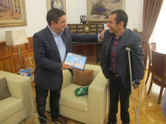 Miguel Ángel Martínez Tajuelo regala a Francisco Reyes una fotografía de su participación en los Juegos Paralímpicos de Río.