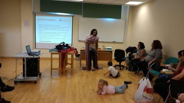 Las madres asisten a este taller celebrado en el Hospital de Andújar.