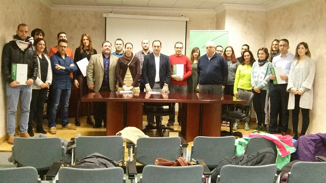 El delegado territorial de Economía, Innovación, Ciencia y Empleo, Antonio de la Torre, junto a los beneficiados con estas ayudas.