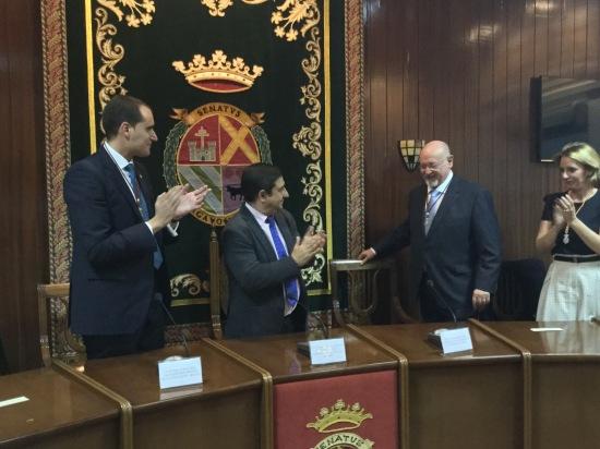 Juan Latorre y Francisco Reyes aplauden al escritor homenajeado. Foto: Diputación de Jaén.