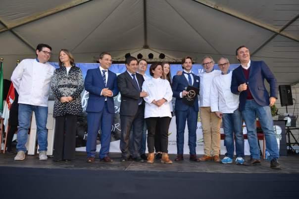 Autoridades, miembros de Eurotoques y el pregonero Roberto Brasero tras el acto institucional de esta fiesta.