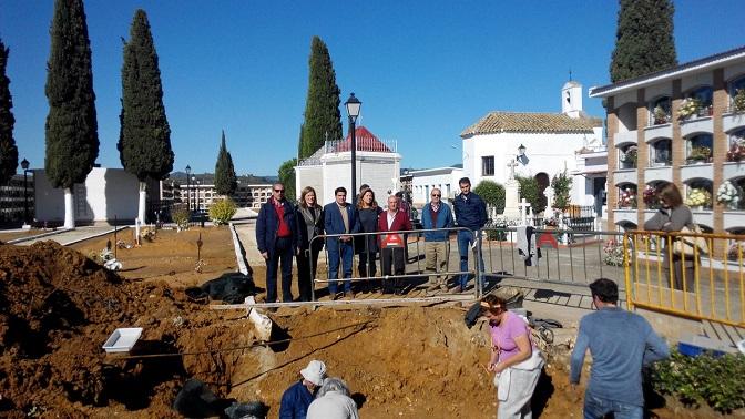 Javier Giráldez, Manuel Lozano, Pilar Salazar y Miguel Ángel Valdivia observan los trabajos de exhumación en Marmolejo.