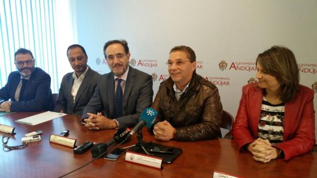 El consejero de Fomento y Vivienda, Felipe López, y el alcalde de Andújar, Francisco Huertas, durante la reunión mantenida.