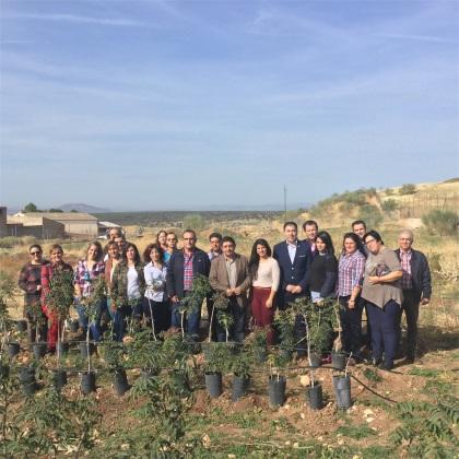 El presidente de la Diputación ha visitado una plantación de pistachos.