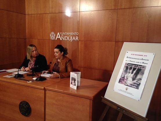 La concejala de Bienestar Social, Josefa Jurado, y la coordinadora provincial del Instituto Andaluz de la Mujer, Beatriz Martín, en rueda de prensa.