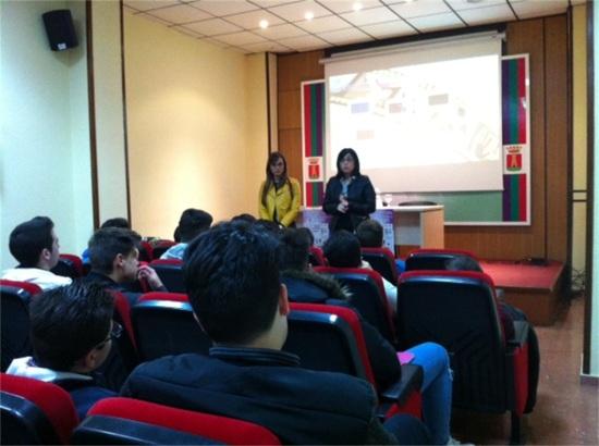 Francisca Medina ha presentado a escolares de Educación Secundaria distintos trabajos presentados al Festival de Cortometrajes contra la Violencia de Género.