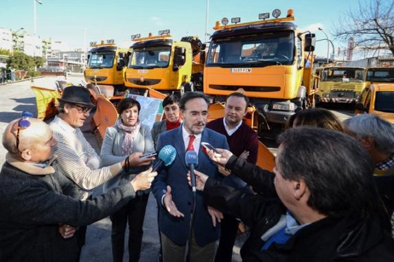 El consejero de Fomento y Vivienda, Felipe López, atiende a los medios de comunicación.