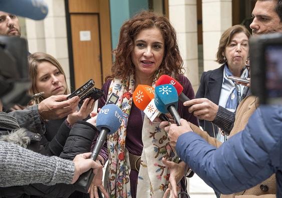 María Jesús Montero atendió a los medios de comunicación antes de la reunión en la sede de la Agencia Tributaria de Andalucía.